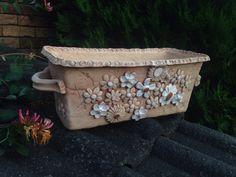 Keramický truhlík - bílé kvítí Slab Pottery, Pottery Art, Pottery Animals, Pottery Studio, Clay Projects, Garden Pots, Flower Pots, Polymer Clay, Shapes
