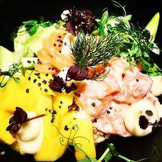Mein perfekter Montags-Lunch: Hawaiian Poke Bowl  mit Lachs Avocado und Mango im @youvienna!  Echtes Soulfood!