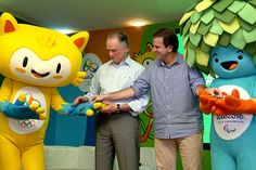 The newly unveiled Rio 2016 mascots for the Olympics (left) and Paralympics, with Rio 2016 President Carlos Nuzman (left) and Mayor of Rio de Janeiro Eduardo Paes ©Getty Images