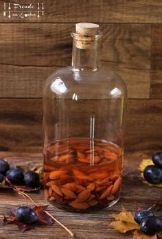 """Homemade """"amaretto"""" or plum-kernel liqueur - food and drink Easy Drink Recipes, Unique Recipes, Diabetic Recipes, A Food, Food And Drink, Lemon Syrup, Cookie Gifts, Liqueur, Cocktail Drinks"""