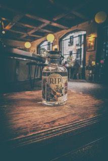 La calidad de un alcohol se mide por la calidad de las destilaciones, y en RIP Vodka producimos un alcohol tan puro que no lo sometemos a ningún tipo de filtrado posterior. El proceso termina con el reposado y posterior hidratado a 40% vol. Alc.