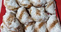 Ζύμη: Ένα φαρίν απ, ένα ποτήρι σπορέλαιο, μισό ποτήρι ρετσίνα.  Ολα μαζί να κάνουμε μία εύπλαστη ζύμη .      Γέμιση : Δύο μήλα τριμμένα, ... Greek Cookies, Apple Bread, Muffin, Food And Drink, Cakes, Breakfast, Sweet, Recipes, Applesauce Bread