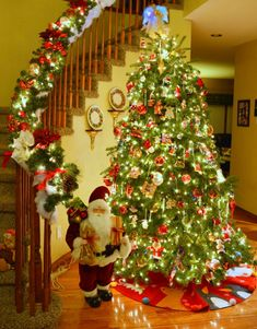 The Most Colorful And Sweet Christmas Trees And Decorations You Have Ever Seen Christmas Staircase, Christmas Room, Christmas Past, Christmas Lights, Christmas Ornaments, Beautiful Christmas Decorations, Xmas Decorations, Holiday Decor, Ideas Decoracion Navidad