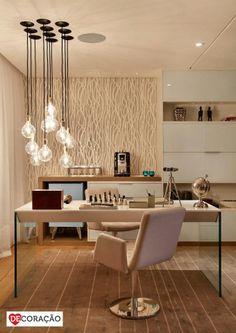 DeCore com Iluminação | Há diversas opções criativas de luminárias para que o seu ambiente fique moderno e sofisticado. Esse composé de peças de diversas alturas fica perfeito!