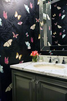 хорошая раковина и то, что под ней. Бабочки в ванной  - забавно. Но черный фон исключается. Мрачно и не практично. Нравится, что зеркало большое.