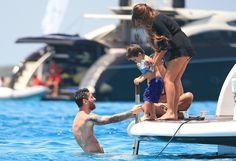 Antonella asiste a Thiago, que se dispone a nadar junto a Messi. FOTO: GTRES