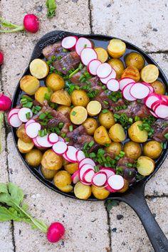 Smörbakad matjessill och potatis i panna med rädisor