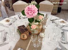 Mariage champêtre/chic - Camille et Marc - 19/09/15 Un centre de table très romantique avec rondins de bois, livres anciens et bouquets pastels...