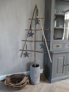 Stoere kerstboom van takken. Stoer, sober, landelijk