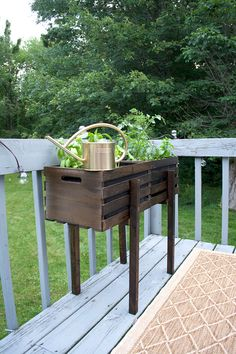 Use two standard wooden crates to create this fun Modern Raised Crate Planter that you can fill with plants, flowers, herbs or veggies! Wooden Crates Planters, Old Wooden Crates, Diy Wooden Crate, Crate Shelves, Grunge Room, Tv Decor, Diy Home Crafts, Raised Planter, Outdoor Decor