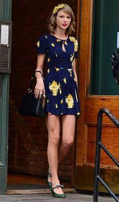 Taylor Swift 03 de Maio de 2014  A cantora apostou no vestido curtinho com estampa floral, na tiara também de flores e no sapato de lacinho. Mais doce impossível!