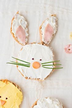 Celebrate spring by making your kids this adorable animal-themed lunch (or breakfast) of bunny chick and sheep Easter Toast! Easter Lunch, Hoppy Easter, Easter Party, Easter Food, Easter Cookies, Easter Treats, Healthy Meals For Kids, Kids Meals, Breakfast On The Beach