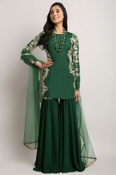 Mehndi Dresses Sharara - The Sharara Dress is a unique symbol of fashion and its origin is Lucknow. Mehndi Dresses Sharara for girls Mehndi Dresses Sharara, Gharara Pants, Sharara Suit, Eid Dresses, Girls Dresses, Pakistani Outfits, Indian Outfits, Gharara Designs, Look Short