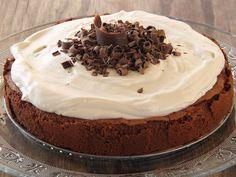 יש עוגות שאי אפשר לסרב להן, כמו זאת לדוגמא: עוגת שוקולד פאדג' מדהימה, עם קרם מתוק בטעמי קפה עשירים מעל