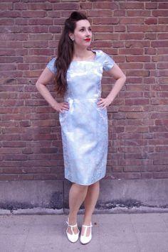 Elegante vintage jaren 60 jurk die voor veel gelegenheden geschikt is. Dikke stevige stof voorzien van een prachtig bloem patroon.