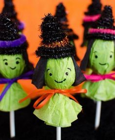 I pulled together an incredible collection of easy Halloween craft ideas for kids. Here is a list of our favorite Halloween crafts. Also Read 20 CUTE DIY HALLOWEEN KIDS CRAFTS Wooden. Scary Halloween Crafts, Diy Halloween Party, Halloween Infantil, Classroom Halloween Party, Halloween Treats For Kids, Halloween Tags, Halloween Projects, Diy Halloween Decorations, Witch Party