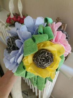 Bouquet addio al nubilato. L'ho fatto io con mocho verde. Panno casa di vari colori e retina piatti. Lo trovo  stupendo