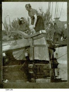 """Toen skûtsjes nog werkschepen waren, waar ook nog op gewoond werd met het hele gezin. Deze foto is afkomstig uit """"3 Vagabonds in Friesland by H.F. Tomalin"""" en gemaakt in juni 1906."""