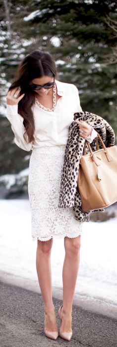 Sex and the city Street style for winter White Lace Skirt Top White amp Gold Chain Necklace amp Bag Style Work, Style Me, Mode Chic, Mode Style, Fall Fashion Trends, Winter Fashion, Holiday Fashion, Fashion Spring, White Lace Skirt