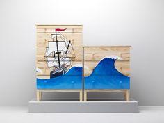 TARVA kommode fra IKEA dekoreret med et sørøverskib og høje bølger.