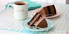 Sjokolade snickerskake - Snickerskake med ostekrem inni og salte peanøtter på toppen.