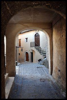 16th century village built along de road in de town of Rocchetta Castle mound dating back to centuries XIII, belongs to de territory of de municipality of Cerreto di Spoleto, Perugia, Umbria_ Italy