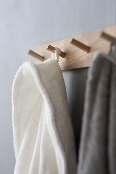 Trendenser - like this simple way of hanging towels etc Bathroom Plants, Bathroom Spa, Wood Bathroom, Kitchen Decorating, Decorating Blogs, Peg Wall, Wood Hooks, Decoration Entree, Shower Cabin