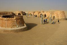 Mos Espa: el decorado de Tatooine  Mos Espa era el puerto espacial de Tatooine, la casa de Anakin y Shmi Skywalker, así como del famoso Mos Espa Grand Arena, en el que tenía lugar el evento anual de carreras podrace Boonta Eve Classic, también donde estaba la tienda de Watto.  Túnez ha sido el país donde se han rodado más escenas exteriores de la saga de La Guerra de las Galaxias (Star Wars) con hasta nueve localizaciones entre las películas I, II y IV, todas correspondientes a Tatooine.