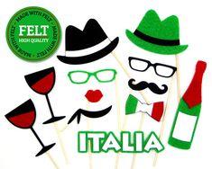 Apoyos de la foto de boda italiana! Hecho de fieltro duradera, atiesada al último a lo largo de todo su evento. Cada proposición viene atado a una varilla de pasador de madera suave y resistente. El sistema incluye: (2) sombreros (2) copas (1) labios (1) bufanda de cuello (2) vidrios (1) bigote (1) corbata de lazo de la bandera italiana (1) signo Italia (1) vino botella Información de dimensionamiento: Una talla para todos; se ve muy bien con niños y adultos. Por favor ver fotos 2-5 ...