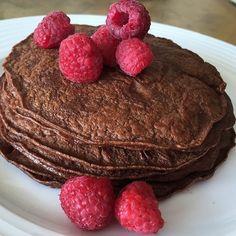 Panquecas de chocolate Licua: 1/3 taza de avena en hojuelas +4 claras de huevo +1 cda. sopera de cacao en polvo + vainilla,edulcorante o stevia al gusto +1 chorrito de agua o leche de almendras. Cocínalas en un sarten de teflón.