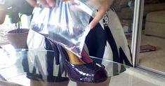 Hon lägger en plastpåse med vatten i skon. Jaha? Superknep som alla kvinnor måste kunna!