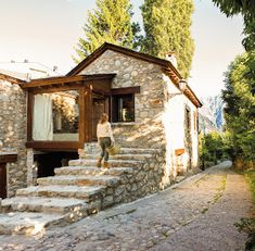 Do you want to renovate a house? Entdecken Sie die 20 schönsten Steinhäuser … Do you want to renovate a house? Discover the 20 most beautiful stone houses … like - Mountain Homes, Mountain Village, Stone Houses, House In The Woods, Rural House, Design Case, Home Fashion, Exterior Design, Future House