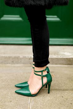 Emerald D'orsay Pumps with Black Skinny Jeans Cute Shoes, Me Too Shoes, Awesome Shoes, Crazy Shoes, Mode Style, Beautiful Shoes, Fashion Shoes, Girl Fashion, Hippie Fashion