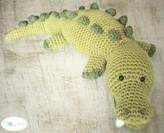 XL- Krokodil Spike Groß? JA Gefährlich? NEIN Trotz seines gefährlich aussehenden Reißzahnes ist Spike ein liebevolles, handzahmes Krokodil... ...mag es, gestreichelt und gekuschelt zu werden! Gehäkelt wird es aus reinem Baumwollgarn, so ist es waschb