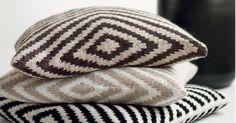 Disse putene med grafisk diagonalmønster blir et skikkelig flott blikkfang i sofaen, i godstolen eller som pynteputer på en seng.