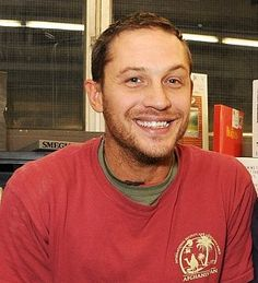 Tom Hardy's got a killer grin and the best sparkly eyes in the flippin' universe!