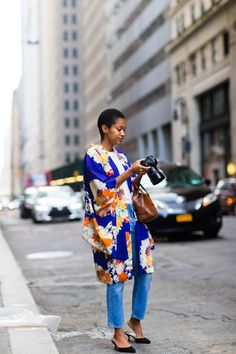 How to Wear a Kimono and Jeans to New York Fashion Week Kimono And Jeans, Look Kimono, Kimono Outfit, Kimono Fashion, Kimono Style, Kimono Jacket, Street Style Outfits, Nyfw Street Style, Cool Street Fashion