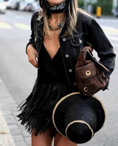 Festival outfit | All black | Fringes | Denim jacket | More on Fashionchick.nl