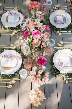 Floral outdoor tablescape with gold silverware Brunch Party Decorations, Brunch Decor, Easter Table Decorations, Thanksgiving Decorations, Wedding Decoration, Party Sweets, Brunch Buffet, Brunch Food, Centerpiece Wedding
