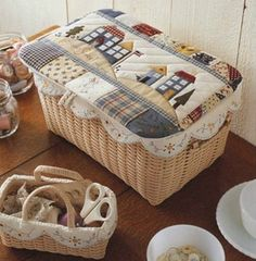 Un cesto con tapadera puede convertirse en una caja guarda tesoros Japanese Patchwork, Japanese Quilts, Quilting Projects, Sewing Projects, Patch Quilt, Quilt Blocks, Diy Baby Gifts, Fabric Boxes, Sewing Art