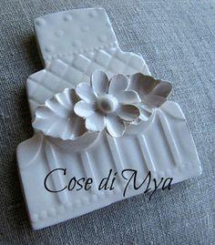 Segnaposto in ceramica fatto a mano. Handmade ceramic place card holder.