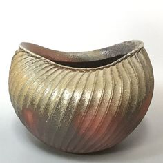 Bizen wood-fired pleats vase by Shibuta Toshiaki #vase #flowervase #woodfired #pottery #japanesepottery #ceramics #japaneseceramics #interior #柴燒 #花瓶