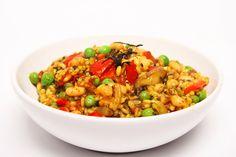 Omdat de traditionele Spaanse pa�lla rijst hier niet makkelijk verkrijgbaar is, wordt gebruik gemaakt van risotto-rijst. Eigenlijk lijkt pa�lla ook wel een beetje op risotto, maar laat dat de Spanjaarden/Italianen maar niet horen!In pa�lla zit vaak vis. Om toch een beetje een zeevruchtensmaak te cre�ren voeg je versnipperd nori vel toe. Je vindt norivellen bij de sushiproducten in de winkel.