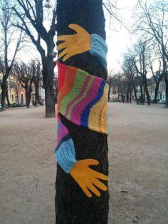 n.8 #yarnbombingbs #abbracci – ABBRACCI in piazza Tebaldo Brusato a Brescia, dal 7/3 al 17/3   the S.C.E.E.M.