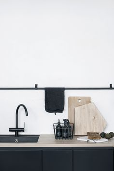 Kitchen Makeover Inspiration {Traditional Meets Contemporary} Matte Black Kitchen Hardware And Taps - Source: The Design Chaser Interior Desing, Home Design Decor, Küchen Design, Interior Design Inspiration, Interior Styling, Home Decor, Interior Modern, Bathroom Inspiration, Design Ideas