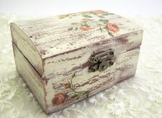 Shabby chic decoupage jewelry box vintage style by PaijasBoutique Shabby Chic Wallpaper, Shabby Chic Mirror, Shabby Chic Dining, Shabby Chic Baby Shower, Shabby Chic Cottage, Shabby Chic Homes, Shabby Chic Furniture, Shabby Chic Decor, Shabby Chic Spiegel