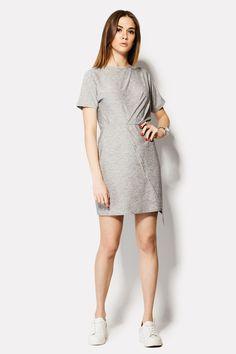 Серое вискозное платье REBORN с меланжевым оттенком. Юбка с эффектом запаха и отрезная талия позволили сформировать обтягивающую форму нижней части наряда. Верх, более свободный, не имеет застежек или украшений. Рукава короткие.