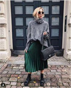 Zara 2017 Shiny Fabric Emerald Green Pleated Midi Skirt Xs S M L Source by Theblondegirlx midi skirt outfit Green Skirt Outfits, Green Pleated Skirt, Winter Skirt Outfit, Winter Midi Skirt, Pleated Skirt Outfit Casual, Dark Green Skirt, Green Skirts, Denim Skirt, Fashion Models