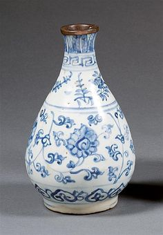 A blue and white vase, China, Ming dynasty, 16th century. H.6 3/16 in.