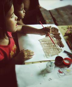 niños jugando a pintar